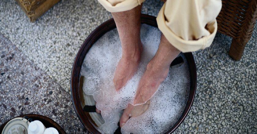 По совету старца мужчина опустил ноги в воду с содой. Через несколько минут средство сработало! Важно знать всем.
