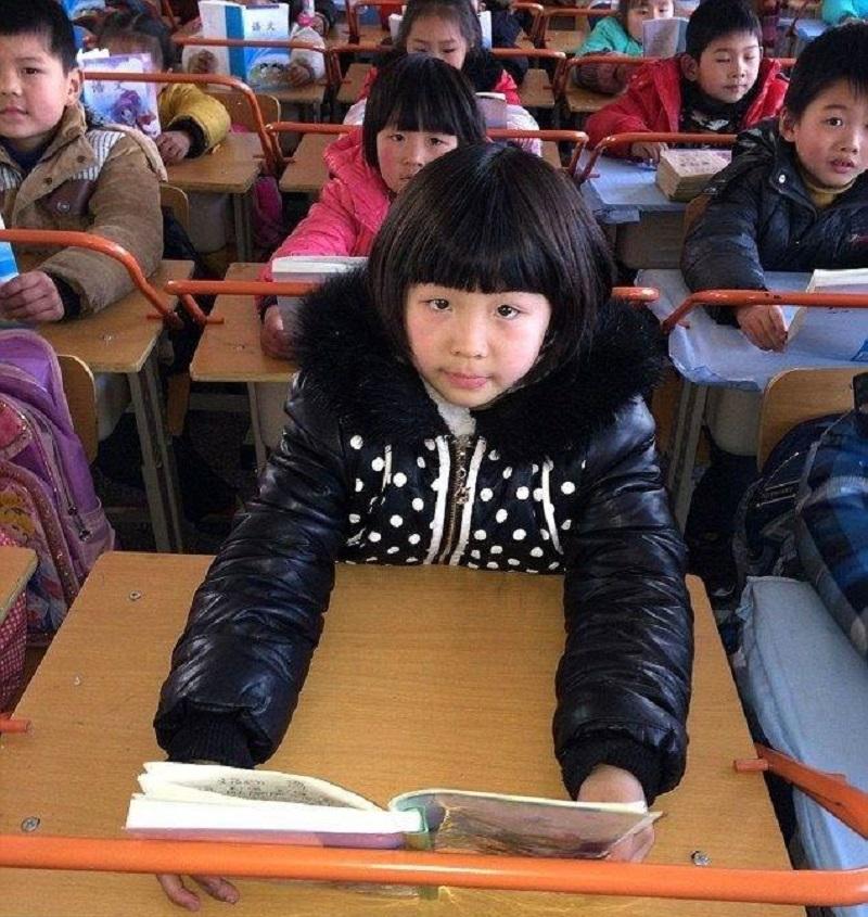 Осанку нужно беречь с детства, чтобы потом не было поздно. Смотри, что для этого придумали в Китае! Да это же гениально