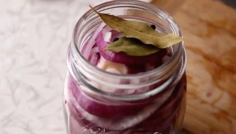 Маринованный лук: 8 очень вкусных и быстрых рецептов с уксусом и без
