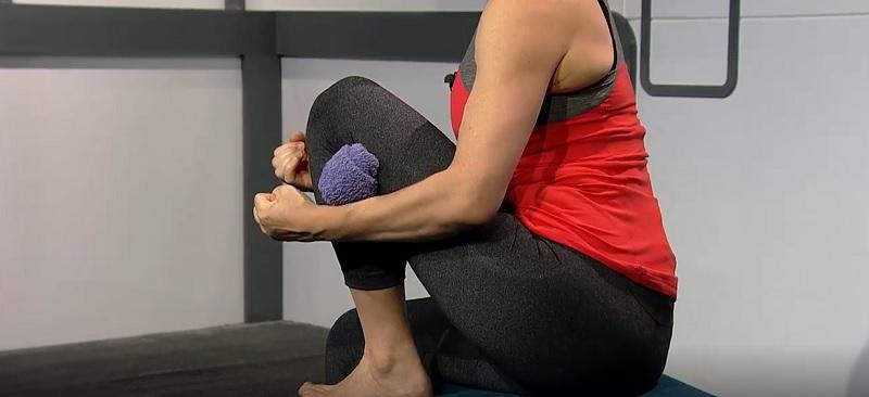 Если болят колени, следуйте инструкции: возьмите самое обычное махровое…
