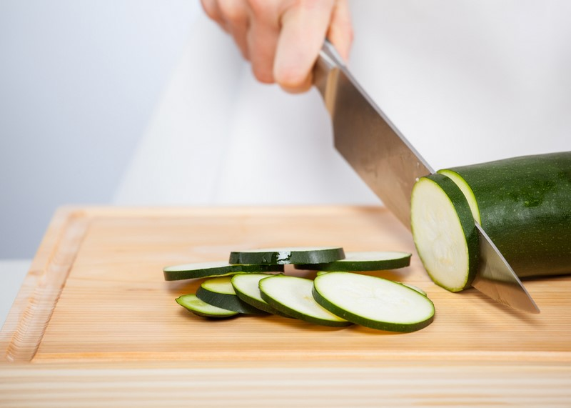 Жарим кабачки практически без масла! Чтобы получились хрустящие… Теперь можно есть, сколько влезет.