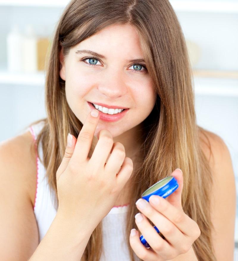 20 способов использовать «чудо-желе» каждый день: уместен и в косметичке, и в ящике с инструментами, и в домашней аптечке.