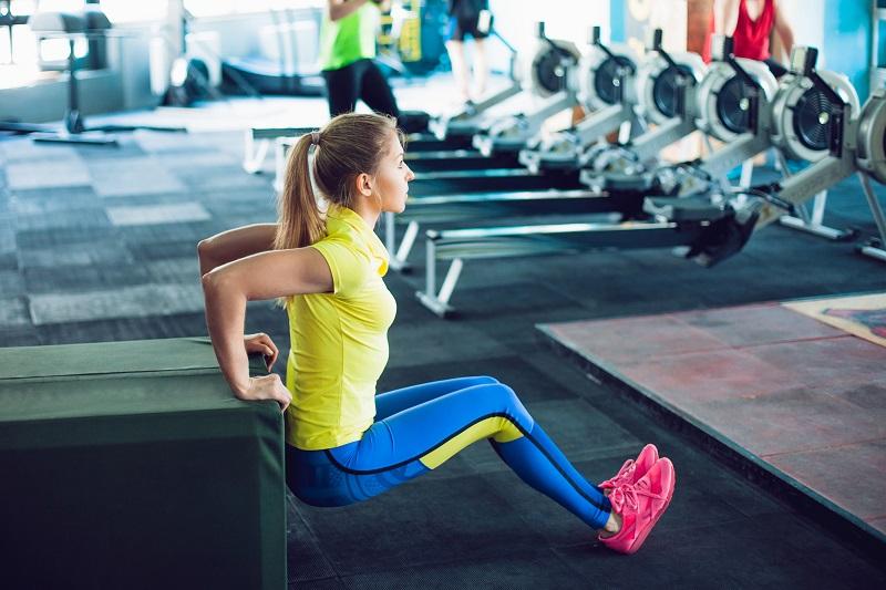 Жир под мышками и на внутренней части рук — это возрастной дефект. 5 упражнений для рельефа и молодости рук.