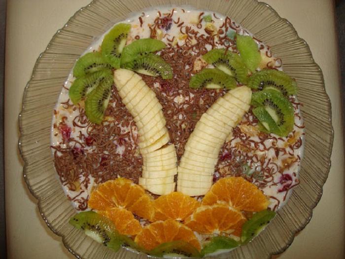 Купила киви и банан, из морозилки достала клубнику… Всё ради любимого торта без заморочек!
