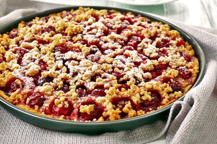Тертый пирог для ленивых прелестниц: вишневая начинка и песочное тесто.