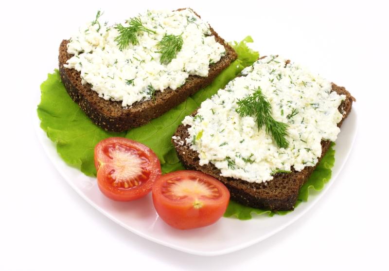 1 л кефира, 1 л молока, 6 яиц, 4 ч. л. соли: на ночь оставляю в холодильнике, утром уже ем.