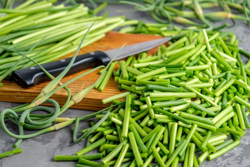 Чесночные стрелки — богатый витаминами продукт, замечательная специя и прекрасное лекарство.