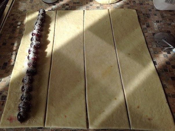 Восхитительный пирог улитка с вишней, такую вкуснятину вы еще не пробовали